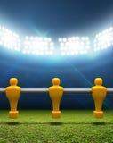 有Foosball球员的探照灯照明的体育场 库存照片