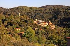 有Forest Hills风景的中世纪村庄,普罗旺斯,法国 免版税库存照片