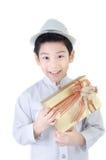 有giftbox的亚裔可爱的男孩 免版税库存图片