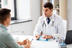 有glucometer的医院的医生和患者 图库摄影