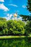 有Golden Dome的Novospassky修道院蓝天背景的 莫斯科 俄国 库存图片