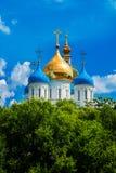 有Golden Dome的Novospassky修道院蓝天背景的 莫斯科 俄国 免版税库存图片