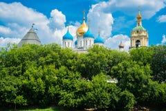 有Golden Dome的Novospassky修道院蓝天背景的 莫斯科 俄国 库存照片