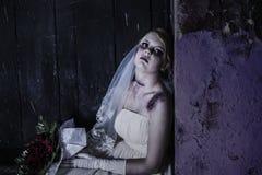 有grunge墙壁的尸体新娘 免版税库存照片