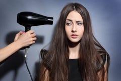 有hairdryer的女孩 图库摄影