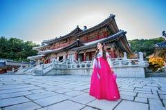 有Hanbok的妇女在景福宫,传统韩国礼服 免版税库存图片
