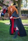 有handbow和魔术鞭子的红色长毛的女孩在矮子幻想Fa 库存照片