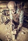 有handplaner的木匠 免版税图库摄影