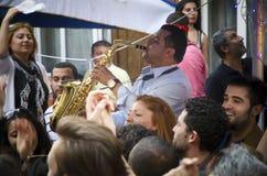 有Hidrellez新春佳节数百的人跳舞 免版税库存图片