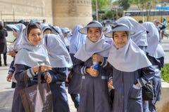 有hijab和头遮阳的校服伊朗学校女孩 免版税库存图片