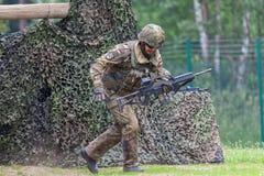 有hk g 36步枪的德国士兵在攻击路线 图库摄影