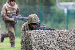有hk g 36步枪的德国士兵在攻击路线 免版税库存图片