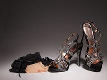 有hoisery的性感的鸡尾酒妇女鞋子 免版税库存照片
