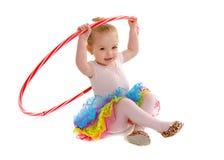 有Hula箍的微小的小孩舞蹈家学生 免版税库存照片