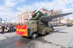 有I-16飞机模型的卡车为游行做准备 免版税图库摄影