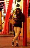 有iPad的少妇在主题乐园 免版税库存图片