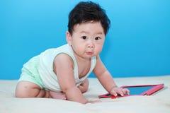 有Ipad的婴孩 免版税图库摄影