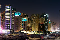 有JBR的迪拜小游艇船坞, Jumeirah海滩住所,阿拉伯联合酋长国 免版税图库摄影