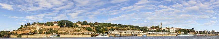 有Kalemegdan堡垒和旅游船舶口岸的贝尔格莱德全景在萨瓦河 免版税库存照片