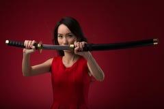 有katana剑的妇女 库存照片