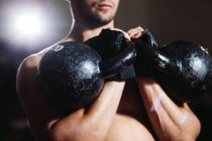 有Kettlebells锻炼的运动员 免版税库存图片