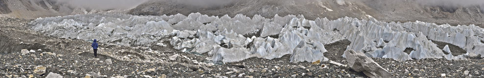 有Khumbu冰川和icefall的大全景 免版税库存照片