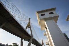 有Klong小伙子的Pho Bhumibol桥梁,一个人做了运河,曼谷,泰国 免版税库存照片