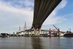 有Klong小伙子的Pho Bhumibol桥梁,一个人做了运河,曼谷,泰国 库存图片