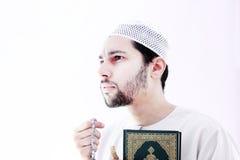 有koran圣经和念珠的阿拉伯回教人 库存照片