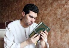有koran圣经的阿拉伯回教人与念珠 免版税图库摄影