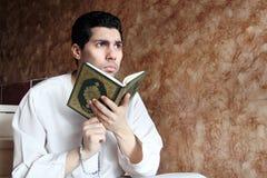 有koran圣经的阿拉伯回教人与念珠 库存照片