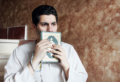 有koran圣经的阿拉伯回教人与念珠 库存图片