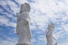 有Kuan尹玉雕象的站立的菩萨寺庙  库存图片