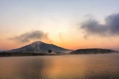 有Langbiang山的Suoi Vang湖早晨 免版税库存照片