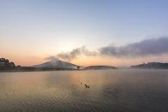 有Langbiang山的Suoi Vang湖早晨 库存照片