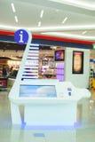 有LCD屏幕的nformation委员会在杜拜机场中 库存图片