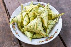 有Licuala paludosa叶子的黏米饭套 免版税库存图片