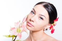 有lilly花的美丽的夫人 理想的皮肤 库存照片