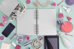 有lipstic缎丝带弓花花束珍珠首饰膝上型计算机片剂智能手机的化妆用品的欢乐背景海报礼物盒 免版税库存照片