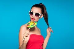 有lollypop的嬉戏的流行音乐女孩 免版税图库摄影