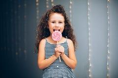 有lollypop的滑稽的卷曲女孩 库存图片