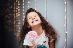 有lollypop的滑稽的卷曲女孩 库存照片