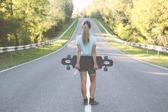 有longboard的女孩 免版税库存照片