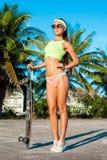 有longboard的少妇 时髦偶然有滑板的行家十几岁的女孩 免版税库存照片