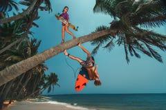 有longboard的有冲浪板的妇女和人 免版税库存图片