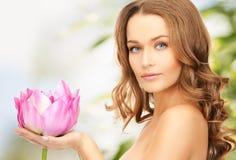 有lotos花的可爱的妇女 图库摄影