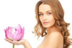 有lotos花的可爱的妇女 库存图片