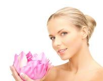 有lotos花的可爱的妇女 免版税库存照片