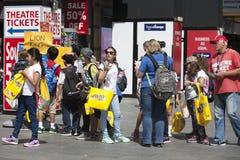 有M黄色小包的愉快的顾客  免版税库存照片