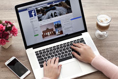有MacBook的与社会网络服务Twi的妇女和iPhone 库存图片